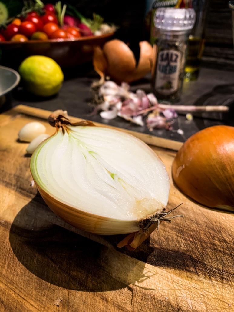 Frische Zwiebel und Knoblauch dazu