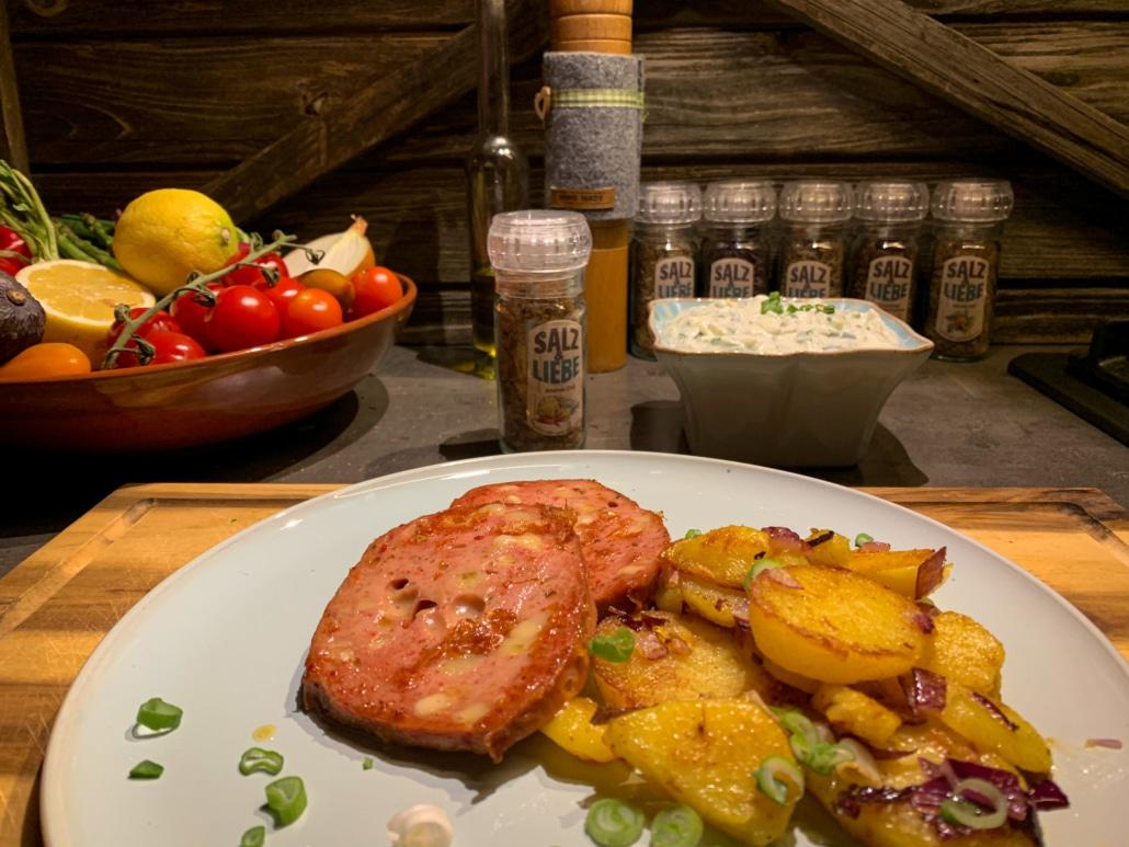 Der Kräuterquark schmeckt köstlich zu Bratkartoffeln und Leberkaas
