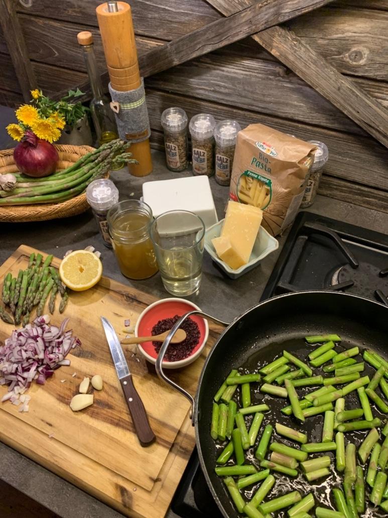 Zusammenstellung aller Zutaten für schnelle Pasta mit grünem Spargel und Tomaten.