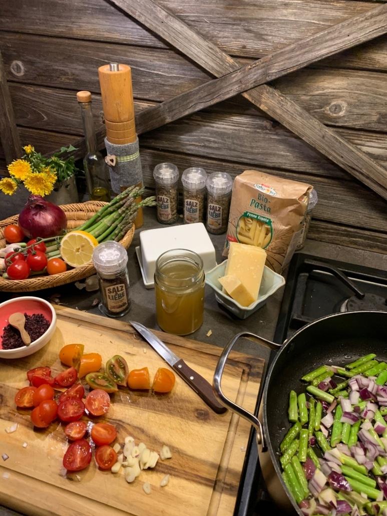 Spargel und Zwiebeln anrösten und die Tomaten schneiden.
