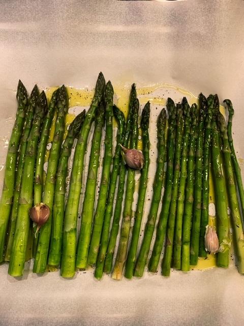 Spargel mit Olivenöl, Knoblauch im Ofen